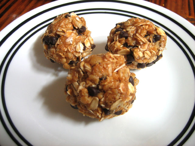 Peanut Butter and Chocolate Chips Granola Bites